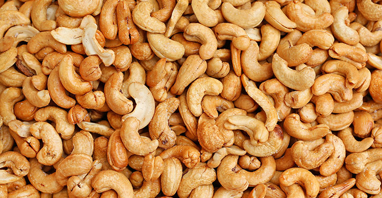 Cashew nuts are foods rich in collagen producing zinc